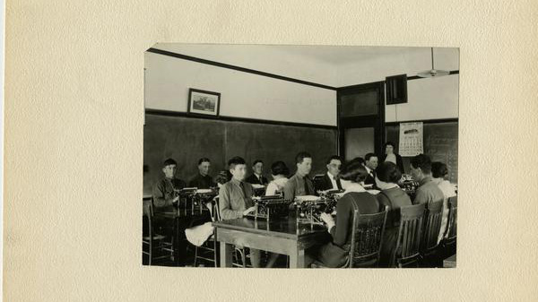 Students use typewriters as part of the training for Commercial Courses in 1922.
